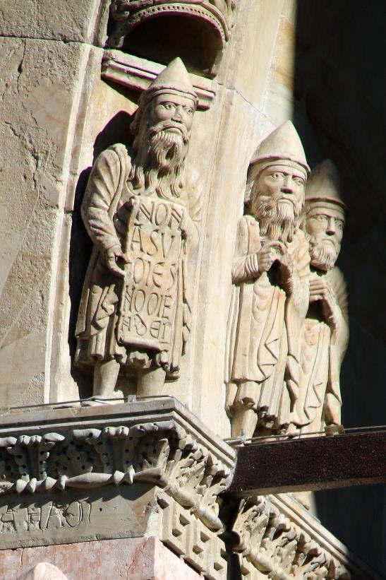 """""""Non nominare il nome di Dio invano"""", una delle scritte della Cattedrale di Fidenza"""