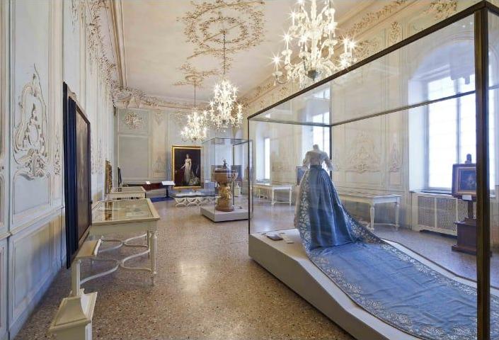 Parma -  Al museo Glauco Lombardi ABITO E MANTO DI GALA DI MARIA LUIGIA D'ASBURGO, la moglie di Napoleone