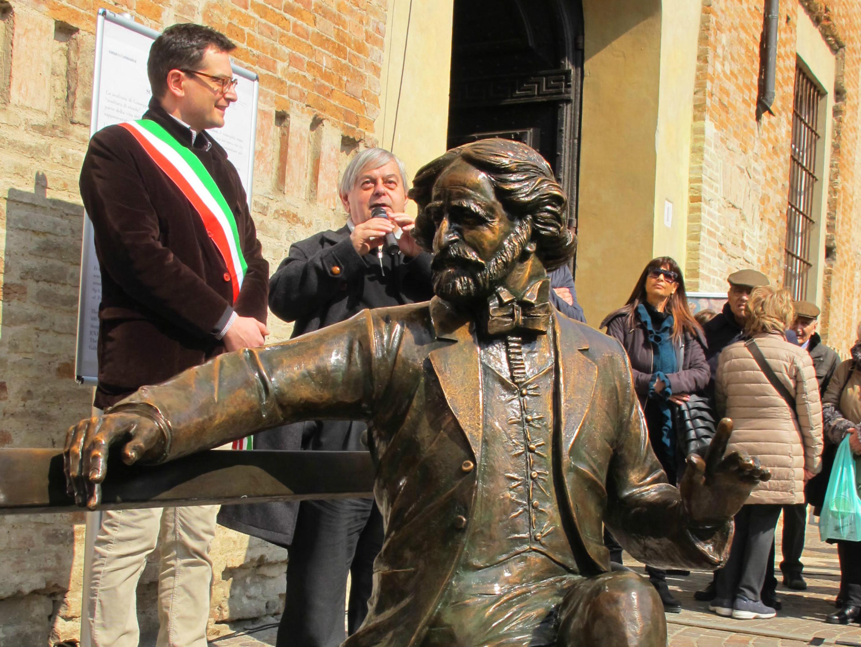 Parma - Il Maestro Verdi si riposa su una panchina di piazzale San Francesco