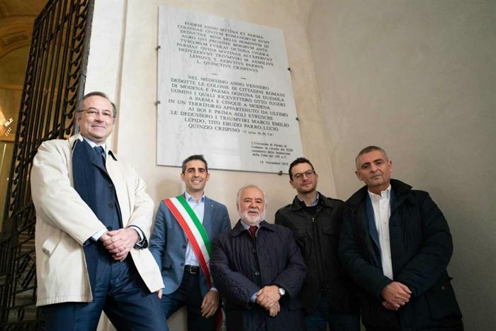 Parma -  Sotto i Portici del Grano targa marmorea che riporta l'atto ufficiale di fondazione di Parma come colonia romana nel 183 a. C.