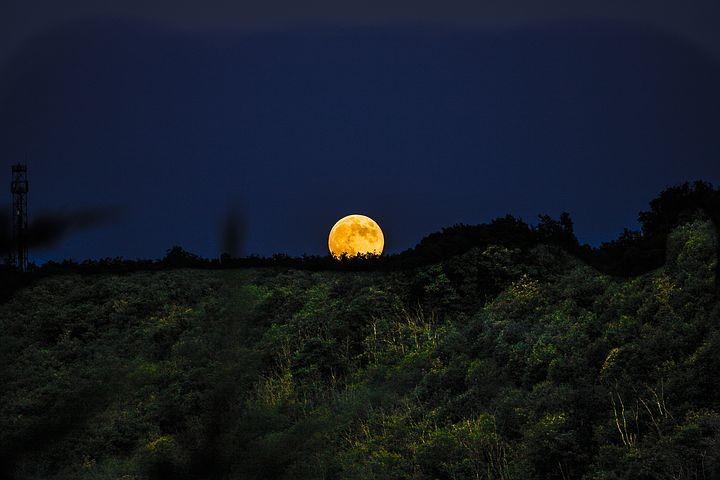 Lunata a Lagdei Montagne, prati, nuvole, brume e foschie illuminate dagli argentei raggi della Luna piena (o quasi)