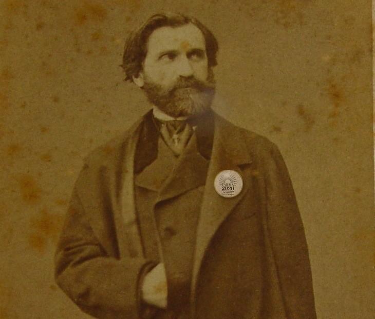 Giuseppe Verdi indossa la spilla di Parma2020