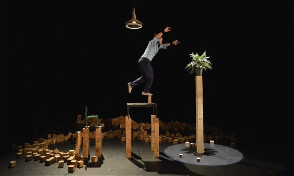Tesseract – Circo in equilibrio con Nacho Flores, il funambolo spagnolo che vive in equilibrio su cubi di legno