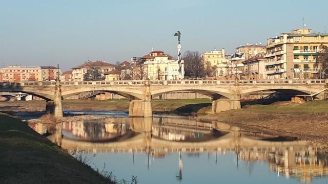 """Parma giorno e notte"""": mostra fotografica sul greto del torrente  di Romano Parma."""