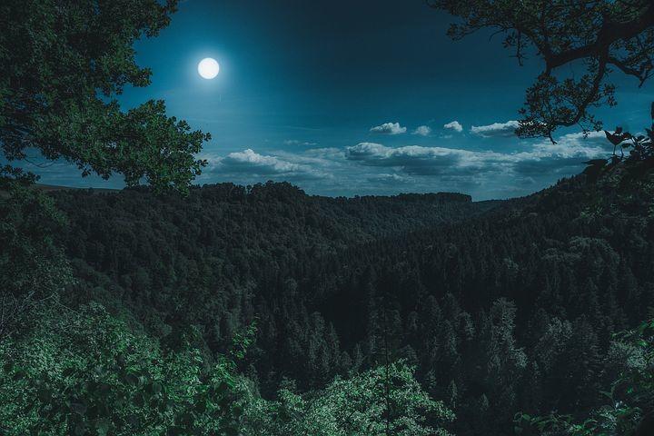 Lunata al Rifugio Lagdei Montagne, prati, nuvole, brume e foschie illuminate dagli argentei raggi della Luna piena