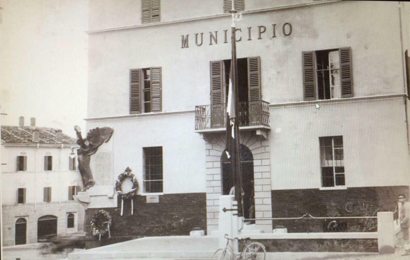 Restaurato il pennone portabandiera che fu collocato in piazza del municipio nel 1923