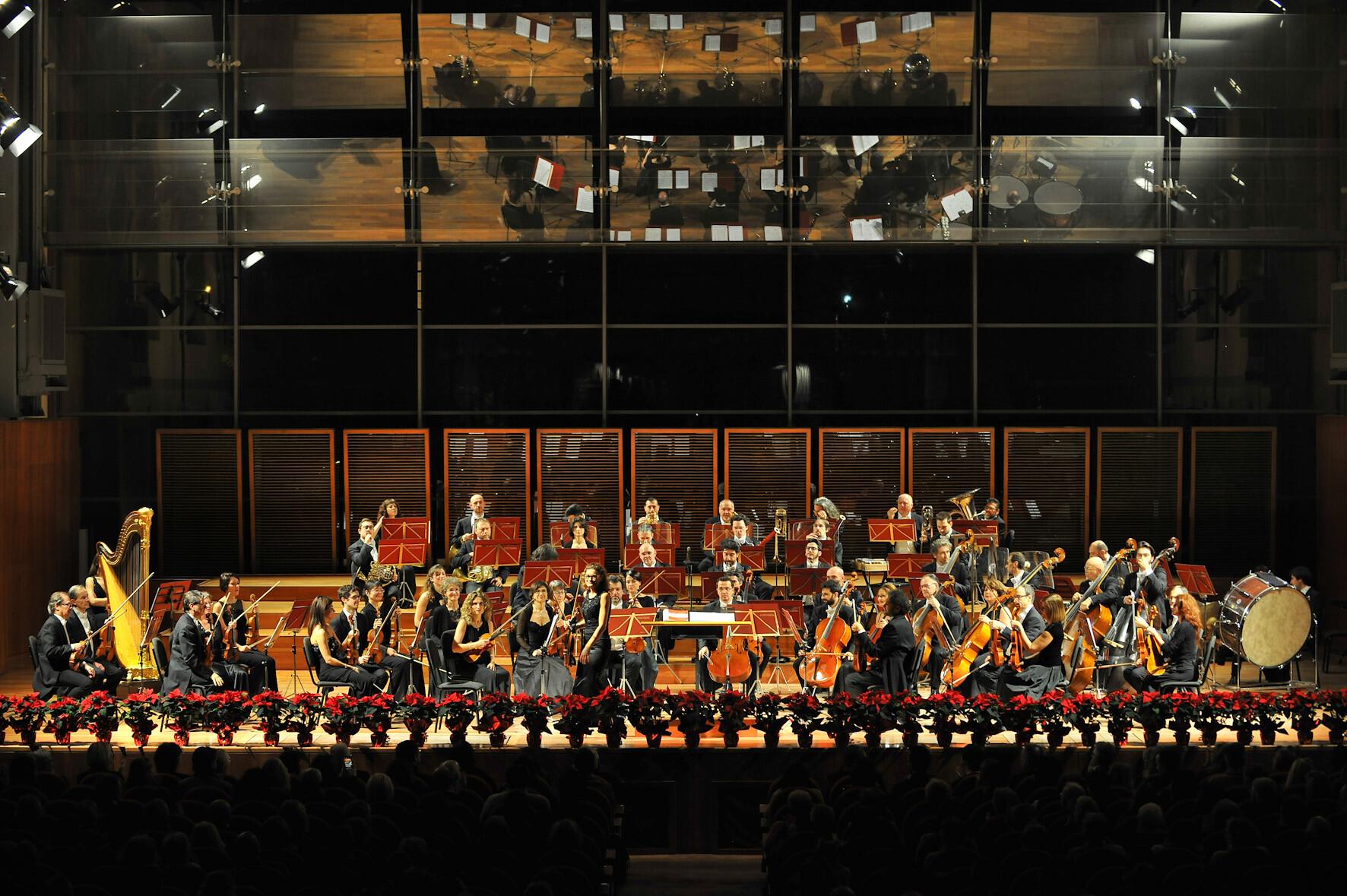 Concerto di Natale Mediolanum 2019 con  la Filarmonica Toscanini diretta Ciáran McAuley, menzione speciale della Giuria al Concorso Toscanini 2017.