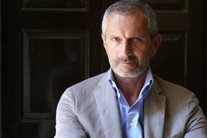 Lo scrittore Gianrico Carofiglio presenta a Teatro Due il suo nuovo romanzo.