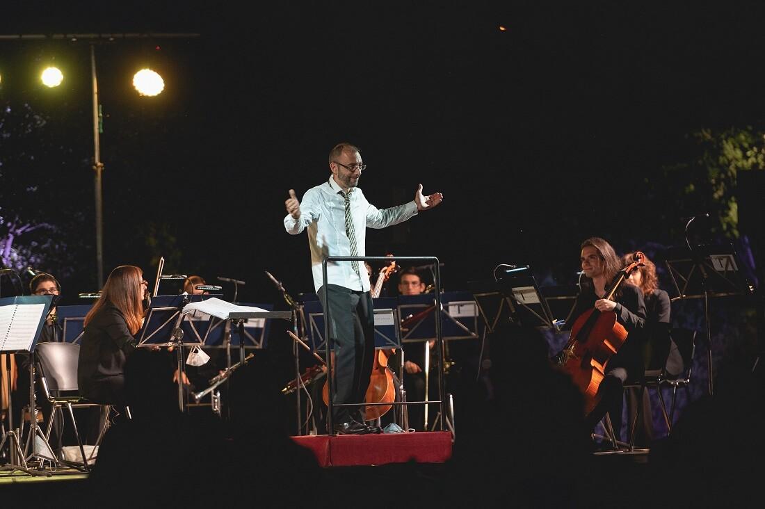 """MUSICA IN COLLINA AL PARCO NEVICATI: """"Da Cinecittà ad Hollywood"""" della Toscanini NEXT, diretta da Roger Catino"""